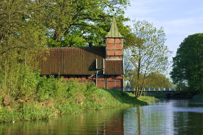 Urokliwy kościółek we Wróblewie nad brzegiem Motławy